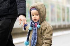 Petit garçon à la rue Photographie stock
