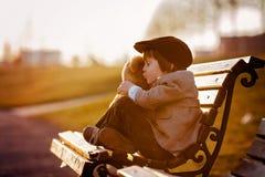 Petit garçon adorable avec son ami d'ours de nounours en parc Image libre de droits
