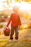 Petit garçon adorable avec son ami d'ours de nounours en parc sur le su Photos libres de droits
