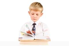 Petit garçon affichant un livre d'isolement au-dessus du blanc images libres de droits