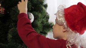Petit garçon aidant sa maman à décorer l'arbre de Noël clips vidéos