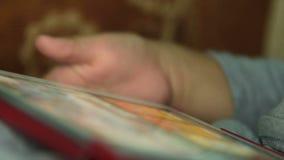 Petit garçon amusant avec le jeu sur la tablette banque de vidéos