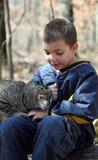 Petit garçon appréciant son animal familier Photos libres de droits
