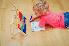 Petit garçon apprenant des nombres à la maison Photos stock