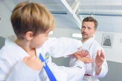 Petit garçon apprenant l'art martial images libres de droits