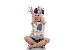 Petit garçon asiatique heureux avec la main sale Images stock