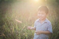 Petit garçon asiatique heureux jouant dehors Appréciez la durée Asiatique mignon image libre de droits