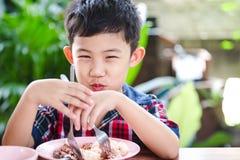 Petit garçon asiatique mangeant avec la nourriture de riz Image stock