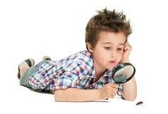 Petit garçon attentif avec étrange photographie stock