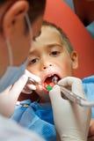 Petit garçon au dentiste photos stock