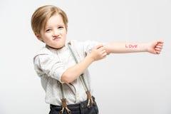 Petit garçon avec amour de mot Images stock