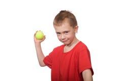 Petit garçon avec des billes pour le tennis. Photos stock