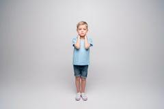 Petit garçon avec des corrections sur des coudes Image libre de droits