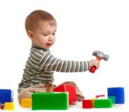 Petit garçon avec des modules  Images libres de droits