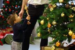 Petit garçon avec des ornements de Noël Images stock