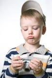 Petit garçon avec l'appareil-photo numérique de photo photographie stock