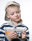 Petit garçon avec l'appareil-photo numérique de photo photo stock
