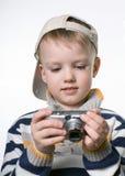 Petit garçon avec l'appareil-photo numérique de photo photos stock