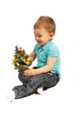 Petit garçon avec l'arbre de Noël miniature Photos stock