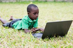 Petit garçon avec l'ordinateur portatif photos libres de droits