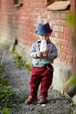 Petit garçon avec la bouteille dans la bouche Photographie stock