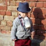 Petit garçon avec la bouteille dans la bouche Photo stock