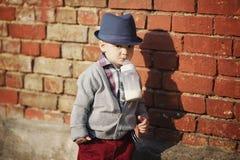 Petit garçon avec la bouteille dans la bouche photos stock