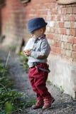 Petit garçon avec la bouteille dans la bouche Photographie stock libre de droits