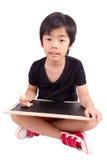 Petit garçon avec la craie sur un tableau noir Photographie stock