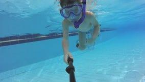 Petit garçon avec la natation de masque et de prise d'air dans la piscine banque de vidéos