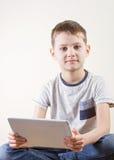 Petit garçon avec la tablette Enfance, éducation, apprenant, technologie, concept de loisirs photographie stock libre de droits