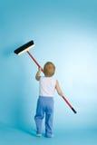 Petit garçon avec la tige de nettoyage au-dessus du bleu images libres de droits