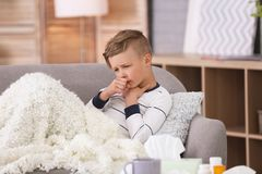 Petit garçon avec la toux souffrant du froid image libre de droits