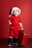 Petit garçon avec la valise de Noël Photos stock