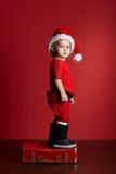 Petit garçon avec la valise de Noël Image libre de droits