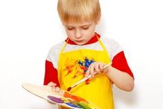 Petit garçon avec le balai et la palette de l'artiste Image libre de droits