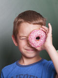 Petit garçon avec le beignet Photographie stock libre de droits