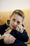 Petit garçon avec le chat Image stock