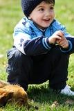 Petit garçon avec le crabot Photo stock