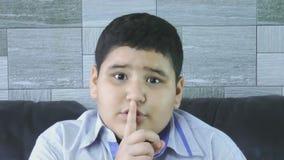 Petit garçon avec le geste de silence banque de vidéos