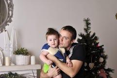 Petit garçon avec le jeune jeu de père l'imbécile dans le studio Image libre de droits