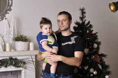 Petit garçon avec le jeune jeu de père l'imbécile dans le studio Photos libres de droits