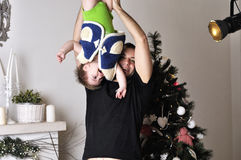 Petit garçon avec le jeune jeu de père l'imbécile dans le studio Photo stock