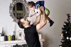 Petit garçon avec le jeune jeu de père l'imbécile dans le studio Photo libre de droits