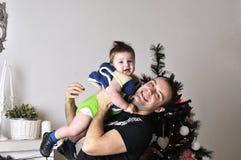 Petit garçon avec le jeune jeu de père l'imbécile dans le studio Photographie stock