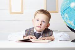 petit garçon avec le livre, éducation d'enfants Image libre de droits