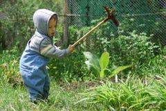 Petit garçon avec le râteau Photographie stock libre de droits