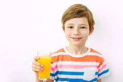 Petit garçon avec les oranges et le jus Objet sur le blanc Copiez l'espace photos libres de droits