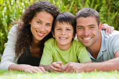 Petit garçon avec ses parents se couchant Photo libre de droits