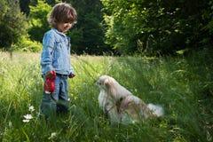 Petit garçon avec son animal familier Image libre de droits